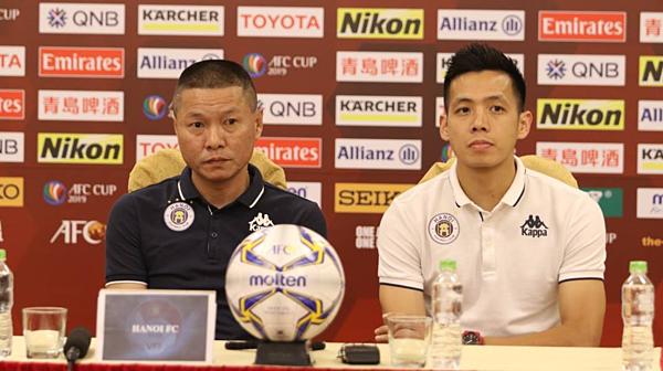 HLV Chu Đình Nghiêm và đội trưởng Văn Quyết của Hà Nội FC.
