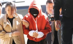 Bạn gái cũ Park Yoo Chun bị còng tay áp giải về đồn cảnh sát