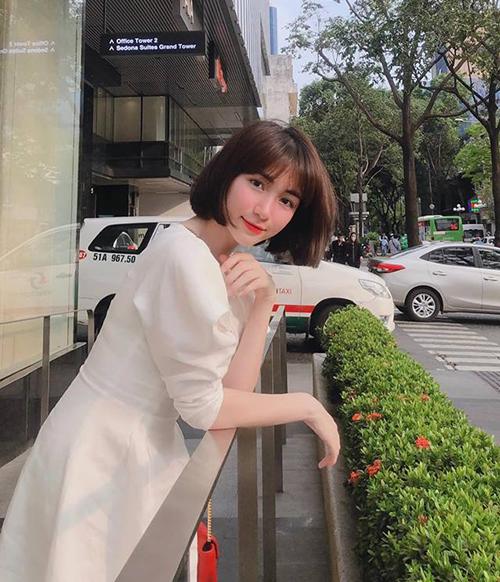 Hòa Minzy trẻ xinh với tóc ngắn sau thời gian để tóc xoăn dài.