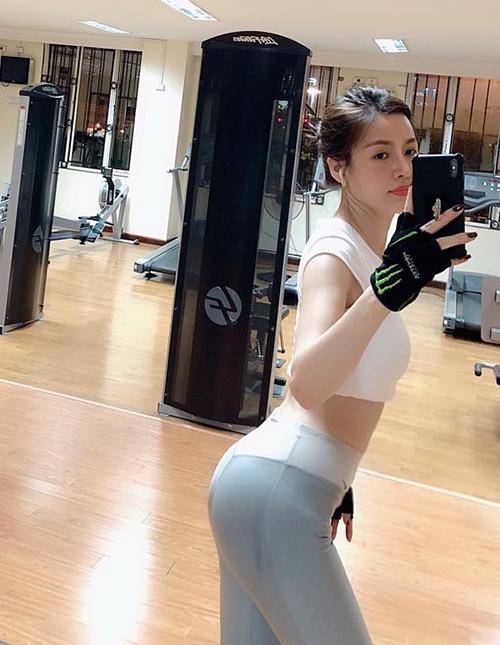Quế Vân khoe mông cong trong phòng tập gym.