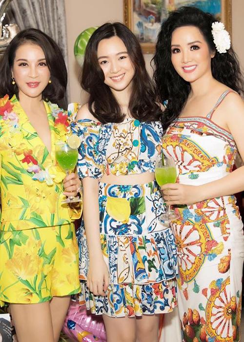 Cô gái sinh năm 1995 có vẻ đẹp nhẹ nhàng, mong manh. Cùng với đó là lối ăn mặc, làm đẹpđơn giản hơn hẳn người mẹ nổi tiếng.