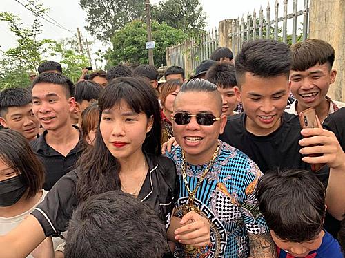 Dương Minh Tuyền (kính đen) được chào đón khi... ra tù.
