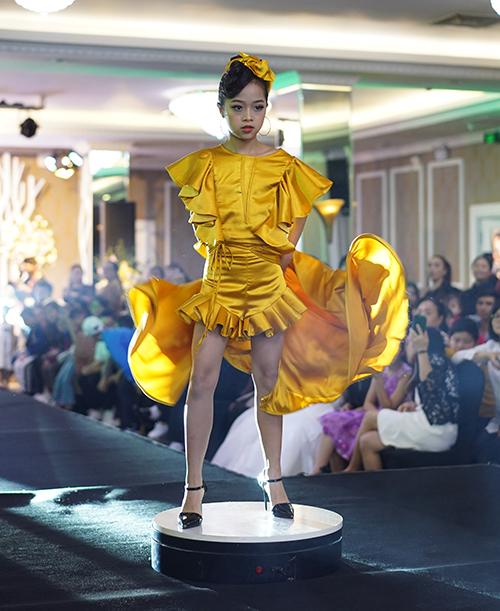 Trong buổi casting người mẫu cho Tuần lễ thời trang trẻ em Quốc tế Việt Nam 2019, Trần Phạm Minh Anh là một gương mặt nổi bật. Sinh năm 2008, mới 10 tuổi nhưng Minh Anh đã sớm bộc lộ khả năng trình diễn không kém các người mẫu đàn chị.