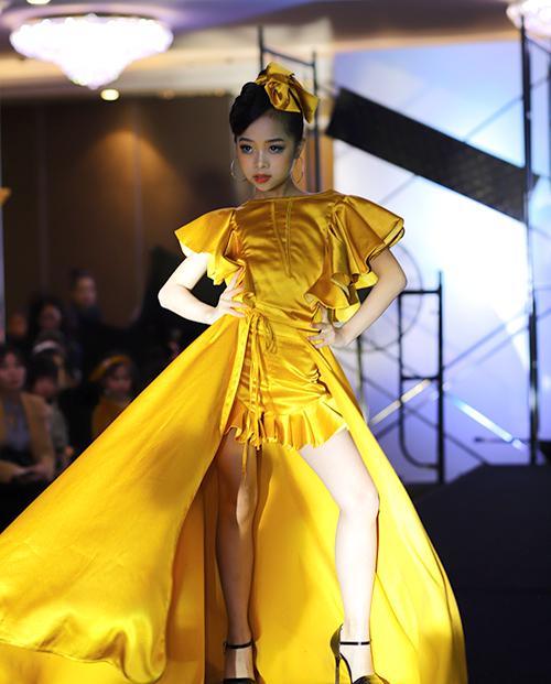 Cô nhóc gây ấn tượng khi diện bộ váy dạ hội màu vàng nổi bật của NTK Đắc Ngọc, đi giày cao gót và trổ tài xoay váy điệu nghệ không kém HHen Niê. Nhóc tì Hà thành cũng giữ thần thái sắc lạnh trong suốt phần trình diễn.
