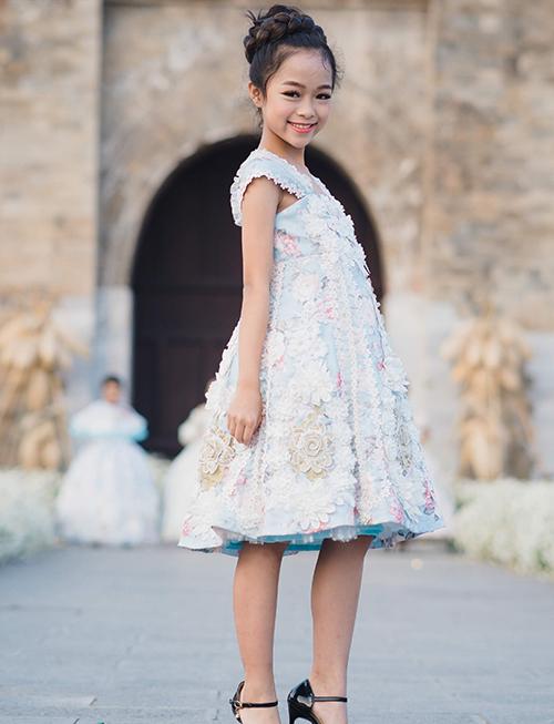 Minh Anh không phải là gương mặt xa lạ trong giới mẫu nhí Hà thành. Trước khi thử sức với lĩnh vực thời trang, cô nhóc từng có thời gian theo học bộ môn nhảy hiện đại. Đây là lý do khi catwalk Minh Anh kết hợp với cả những động tác vũ đạo.