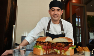 Nguyên liệu bên trong chiếc bánh burger vàng đắt nhất thế giới