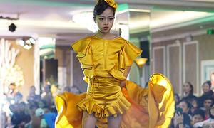 Mẫu nhí 10 tuổi xoay váy như H'Hen Niê