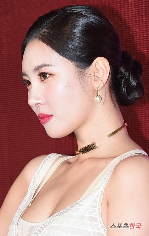 Nữ ca sĩ sinh năm 1992 xuất hiện với kiểu tóc và styletrang điểm đơn giản, điểm nhấn là màu son đỏ tươi tắn.