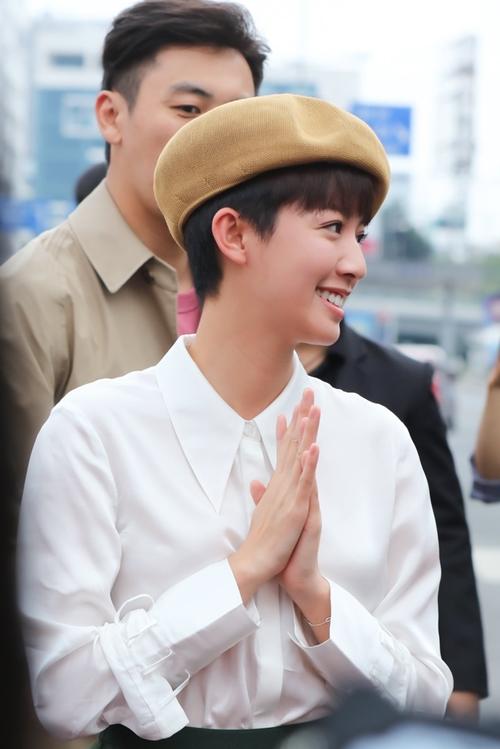 Thái Tư Bối trẻ trung với mái tóc tém, diện áo sơ mi đơn giản, đội mũ nồi. Cô tỏ ra thân thiện với nụ cười tươi rói trên gương mặt.