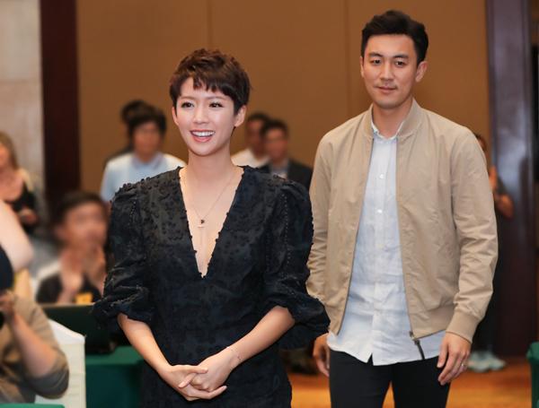 Chiều cùng ngày, Thái Tư Bối và Đàm Tuấn Ngạn tham dự một sự kiện ra mắt ứng dụng xem phim TVB trực tuyến. Họ tiếp tục trở thành tâm điểm chú ý. Nữ diễn viên diện bộ cánh khoét ngực vừa phải, rạng rỡ sánh đôi bên tài tử họ Đàm.