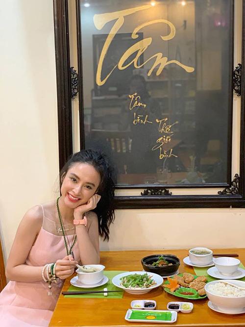 Angela Phương Trinh rạng rỡ khi đi ăn chay.