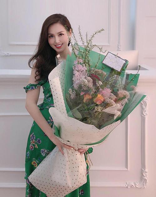 Tâm Tít hạnh phúc khoe bó hoa khổng lồ mới được tặng.