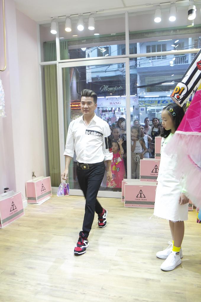 <p> Đàm Vĩnh Hưng gây bất ngờ với khả năng catwalk khi sẵn sàng thị phạm cho các mẫu nhí.</p>