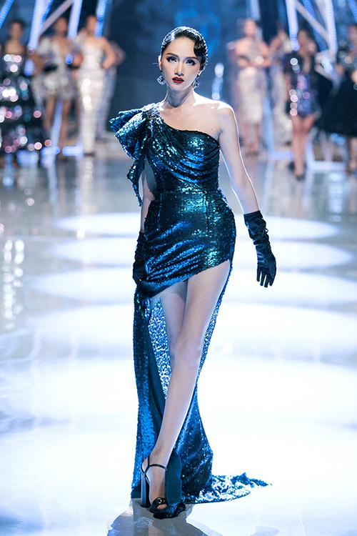Hương Giang là một trong những hoa hậu đắt show vedette nhất hiện tại.