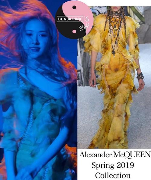 Spotlight lần này của MV thuộc về Rosé với những tạo hình xuất sắc. Trong ảnh, cô nàng mặc một thiết kế mới của Alexander McQueen, có giá ước tính khoảng 260 triệu đồng.