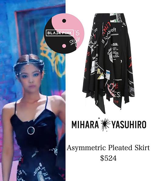 So với các sản phẩm trước, ngoại trừ chiếc áo đắt nhất, lần này Jennie diện đồ bình dân hơn hẳn. Bộ trang phục này của cô nàng có giá hơn 12 triệu đồng.