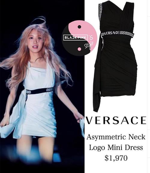 Chiếc váy Rosé đang diện thuộc thương hiệu Versace, giá bán là 46 triệu đồng, giúp cô nàng tôn lên đôi chân dài thanh mảnh.