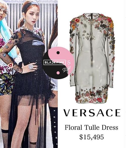 So với những lần xuất hiện khác, Kill this love cho thấy stylist đã chịu khó cho các thành viên ăn mặc đẹp đều hơn. Ji Soo cũng được khoác lên mình một chiếc váy Versace rất đắt đỏ, trị giá khoảng 360 triệu đồng.