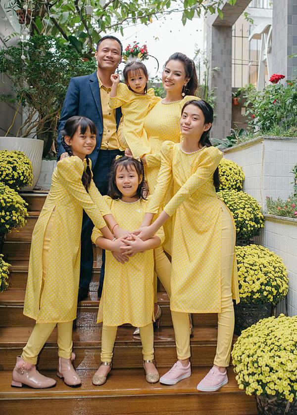Vũ Thu Phương sống cùng chồng và bốn cô con gái, trong đó có hai con riêng của chồng trong căn biệt thự rộng gần 1.000 m2 tại Quận 2, TP HCM.