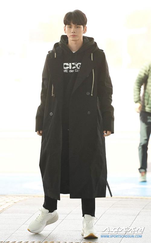 Ong Seong Woo đắt show chụp hình quảng cáo nhờ hình thể chuẩn và gương mặt đẹp như tượng.