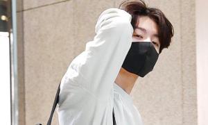 Jung Kook (BTS) gây sốt với khoảnh khắc ngái ngủ ra sân bay
