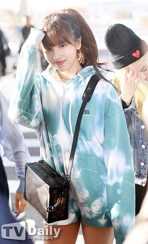 Sana khoe nhan sắc đỉnh cao, Momo bị dìm hàng ở sân bay - 4