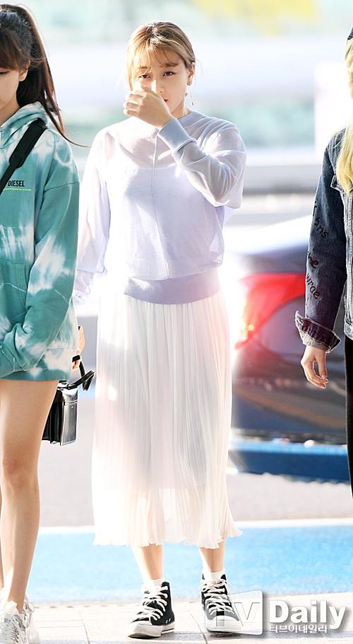 Sana khoe nhan sắc đỉnh cao, Momo bị dìm hàng ở sân bay - 5
