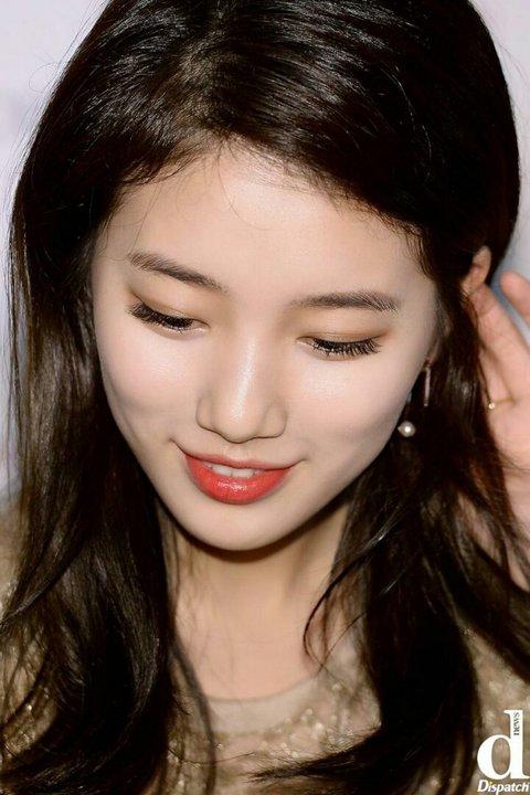 Trong những bức ảnh cận cảnh sắc nét từ ống kính phóng viên, Suzy chứng minh làn da mình đẹp đến từng lỗ chân lông.