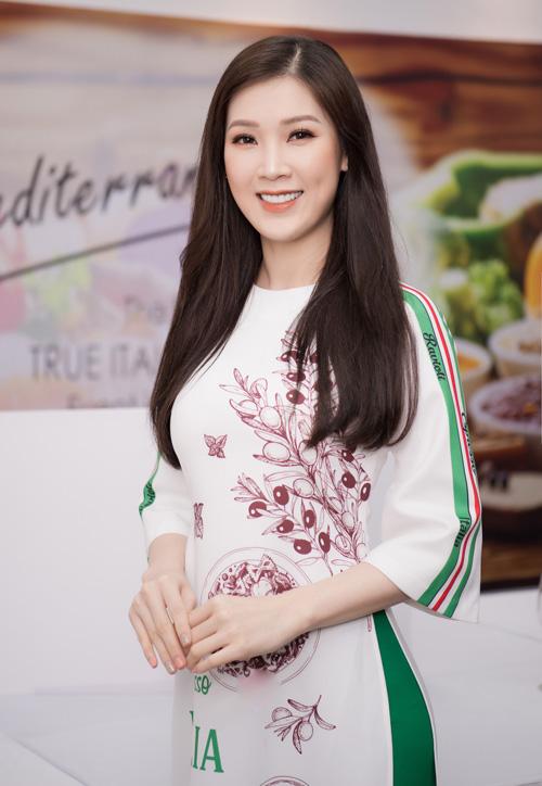 Bạn thân của Ngọc Hân - Hoa hậu Áo dài Phí Thùy Linh - cũng đến chúc mừng Hoa hậu Việt Nam 2010trở thành đại sứ cho ẩm thực Italy tại Việt Nam.