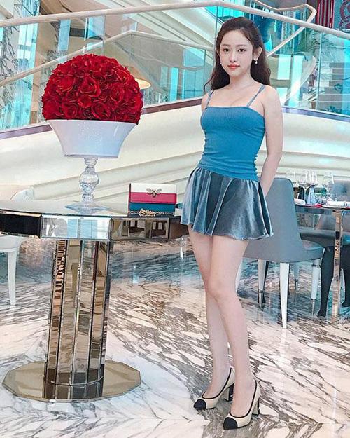 Váy xòe nhẹ với độ dài chỉ bằng một gang tay đặc biệt được cô nàng ưa chuộng gần đây. Thiết kế này tuy có thể gây hớ hênh nhưng lại giúp người mặc khoe vẻ gợi cảm.