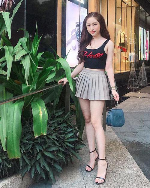 Diện kiểu váy này, hot girl Cà Mau phải cực kỳ thận trọng khi đứng lên ngồi xuống vì có thể rơi vào tình huống nhạy cảm.