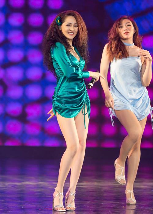 Trong khi các sao Việt khác thường chuộng bodysuit để tiện cho việc thực hiện vũ đạo thì Bảo Anh lại trung thành với váy ngắn cũn, kém an toàn hơn nhưng cũng sexy hơn hẳn.