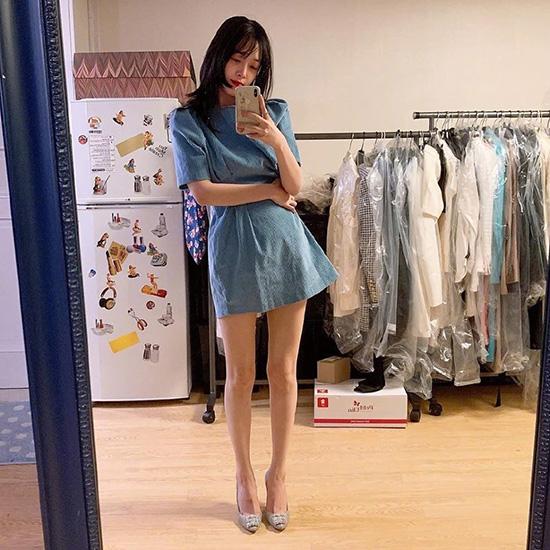 Thời gian gần đây, Sulli liên tục gây sốt khi khoe đôi chân thon dài như siêu mẫu trong các mẫu váy ngắn. Chỉ một chiếc váy liền đơn giản, giày cao gót, cô nàng đã có ngay một bức ảnh Instagram cuốn hút.