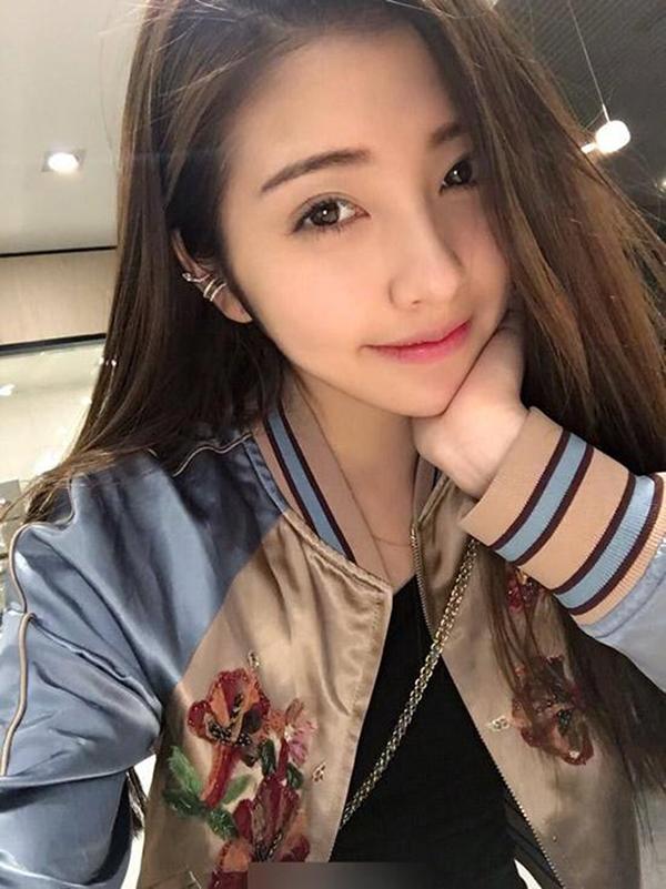 Được biết đến là bạn gái của đại thiếu gia nổi tiếng kèm tai tiếng nhất nhì Trung Quốc Vương Tư Thông, hot girl Đậu Đắc Nhi khiến nhiều người ghen tị với nhan sắc sương sương.