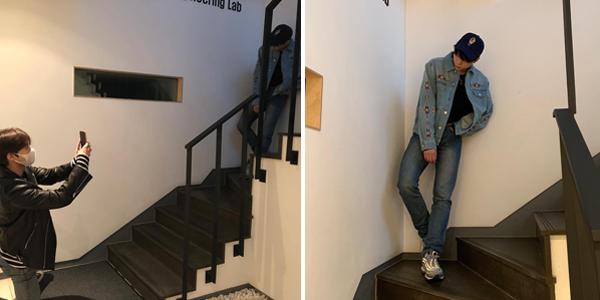 Do Young (NCT) khuỵu một chân chụp ảnh cho Johnny rất có tâm.