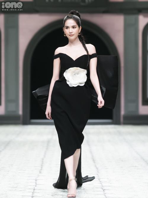 Trong sự kiện ra mắt bộ sưu tập của một thương hiệu thời trang tối 6/4 tại Hà Nội, Ngọc Trinh bất ngờ xuất hiện cuối chương trình với vai trò vedette. Đây là lần hiếm hoi người đẹp nhận lời trình diễn vì thời gian gần đây, cô tập trung vào việc kinh doanh.