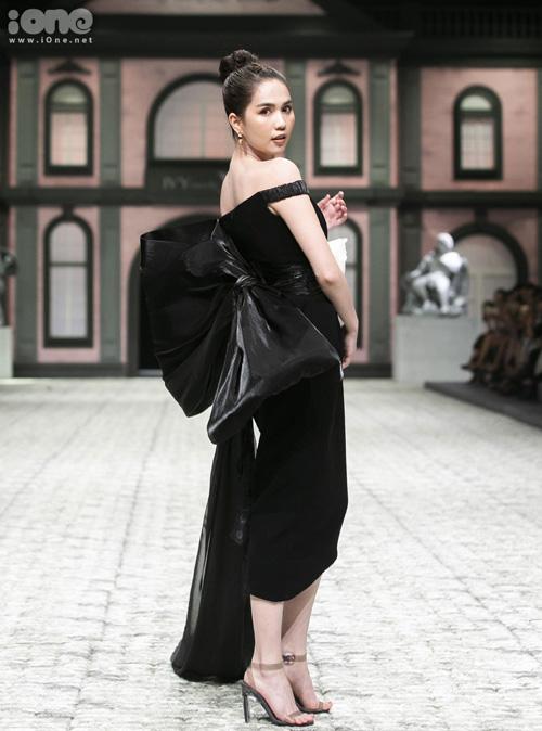 Trên sàn runway, Ngọc Trinh sải những bước chân trong bộ váy ôm có tà dài cả mét, tông màu đen nổi bật làn da trắng. Sàn diễn được thiết kế gồ ghề, trang phục cũng không dễ chinh phục nhưng Ngọc Trinh đã có màn trình diễn hoàn hảo.