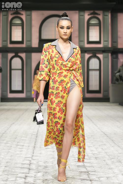 Người mẫu Thùy Trang khoe chân dài với thiết kế đồ tắm kết hợp áo choàng màu sắc.