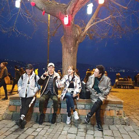 Jung Joon Young (đội mũ đen) tươi cười cùng đoàn trước khi về Hàn.