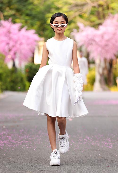 BST kể về màu trắng với nhiều sắc độ khác nhau, cách sử dụng nhiều chất liệu kết hợp trên cùng một trang phục là phản ánh thế giới trẻ thơ luôn có cách nhìn mọi thứ theo cách riêng của mình nhưng đầy thú vị. BST kết hợp đối nghịch phong cách streetwear cùng trường phái lãng mạn.