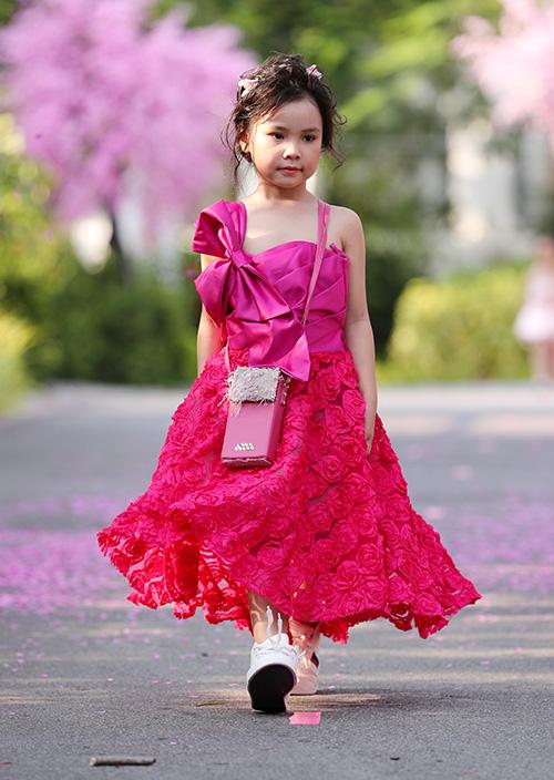 Lần đầu tiên thử sức mình ở lĩnh vực thời trang trẻ em, Nhà thiết kế Văn Thành Công đã mạnh dạn thay đổi, sáng tạo khỏi sở trường áo dài để tạo nên BST