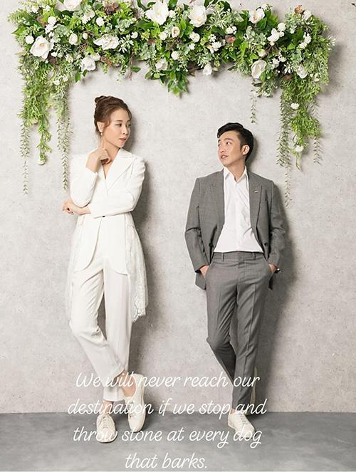 Ảnh cưới mới được công bố của Đàm Thu Trang và Cường Đô la khiến khán giả thích thú. Cặp đôi chụp hình trong studio với trang phục đơn giản. Thay cho những bộ váy cưới lộng lẫy, Đàm Thu Trang chỉ diện một cây suit trắng thanh lịch.