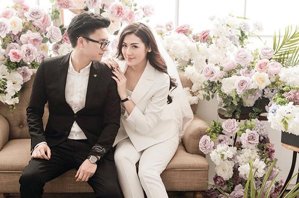 Diện suit chụp ảnh cưới là mốt mới được nhiều cô dâu Việt áp dụng gần đây. Á hậu Dương Tú Anh cũng từng gây chú ý khi mặc bộ vest thanh lịch, trên tóc cài soiree trắng.