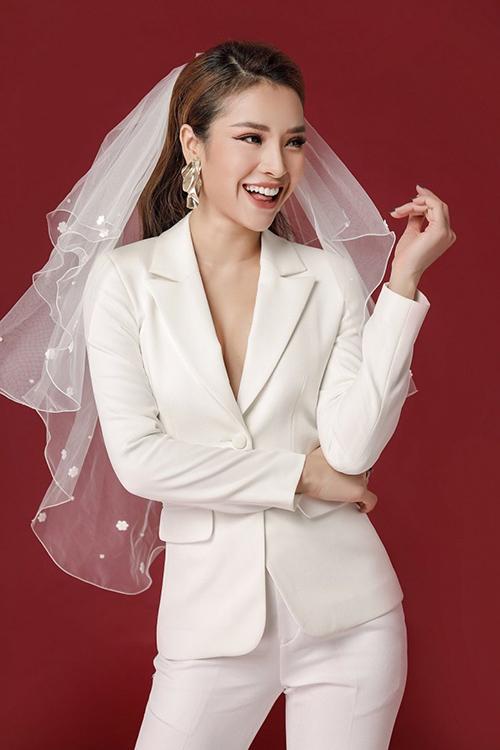 Phương Trinh Jolie từng thử hóa cô dâu chuẩn men khi mặc cây suit kết hợp cùng khăn voan cài đầu trong một bộ ảnh đặc biệt.
