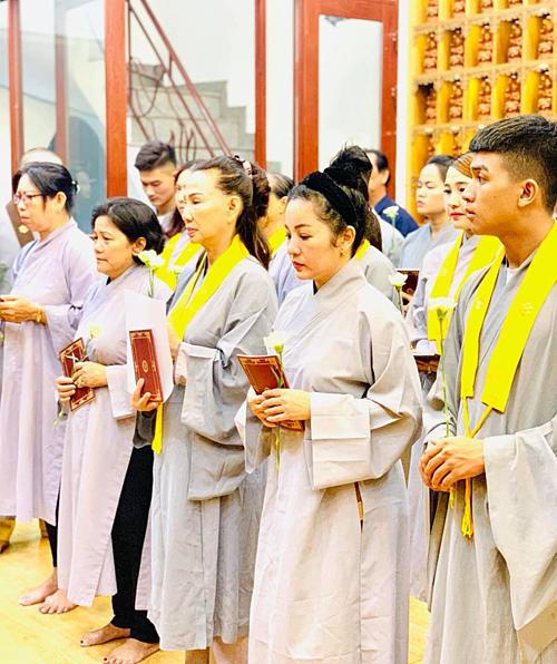 Thúy Nga và các Phật tử tụng kinh, cầu siêu cho Anh Vũ.