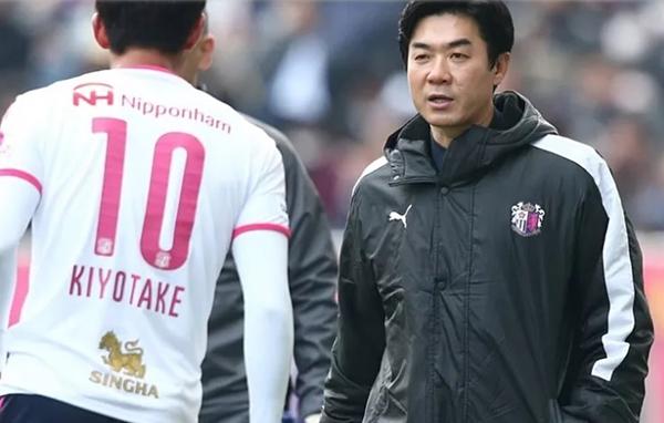 Yoon Jong-hwan từng khoác áo ĐTQG Hàn Quốc trước khi chuyển sang làm HLV.