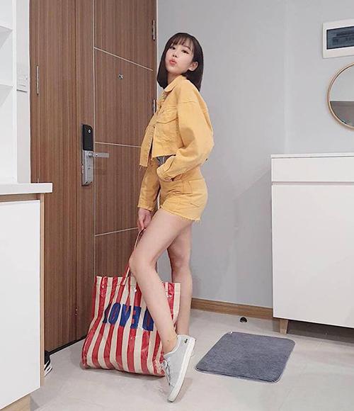 Min trẻ xinh chẳng khác gì teen girl với set váy denim, kết hợp cùng túi tote lạ mắt.