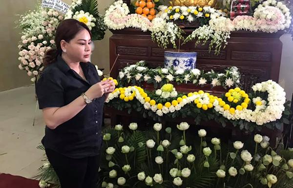 Nghệ sĩ Lê Giang có mặt từ trưa cùng với Trịnh Kim Chi viếng Anh Vũ.