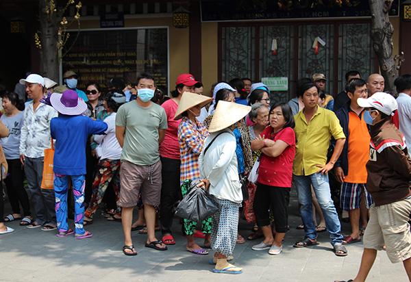 Rất đông người dân đứng chờ xung quanh khu vực chùa Ấn Quang.