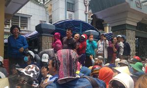 Người dân chen lấn, gây tắc nghẽn khi đón Anh Vũ